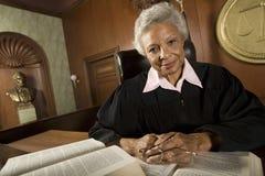 De vrouwelijke Boeken van Rechterssitting with law Stock Fotografie