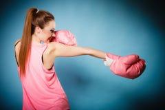De vrouwelijke bokser die groot pretroze dragen gloves het spelen sporten Stock Fotografie