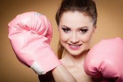 De vrouwelijke bokser die groot pretroze dragen gloves het spelen sporten Royalty-vrije Stock Afbeelding
