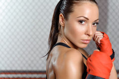 De vrouwelijke bokser verbindt royalty-vrije stock afbeeldingen