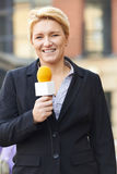 De vrouwelijke Bouw van Journalistbroadcasting outside office stock foto's