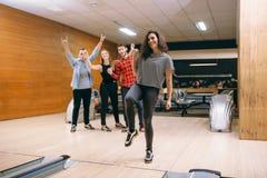 De vrouwelijke bowlingspeler werpt bal op steeg, stakingsschot royalty-vrije stock foto's