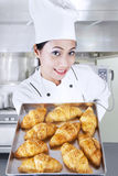 De holdingscroissanten van de chef-kok in keuken Royalty-vrije Stock Foto's