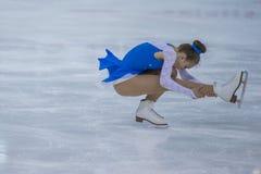 De vrouwelijke Cijferschaatser voert Kuikensdames Vrij het Schaatsen Programma bij de Arenakop van Minsk uit Royalty-vrije Stock Afbeelding