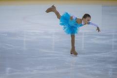 De vrouwelijke Cijferschaatser voert Kuikensdames Vrij het Schaatsen Programma bij de Arenakop van Minsk uit Stock Foto's