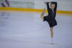 De vrouwelijke Cijferschaatser voert Kuikensdames Vrij het Schaatsen Programma bij de Arenakop van Minsk uit Stock Foto