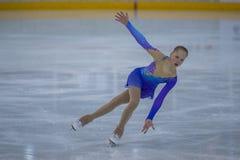 De vrouwelijke Cijferschaatser voert Kuikensdames Vrij het Schaatsen Programma bij de Arenakop van Minsk uit Royalty-vrije Stock Afbeeldingen