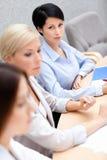 De vrouwelijke collega's bespreken businessplan Stock Foto's