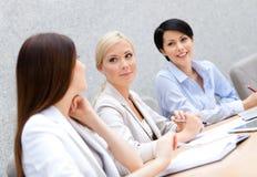 De vrouwelijke collega's bespreken businessplan Royalty-vrije Stock Fotografie