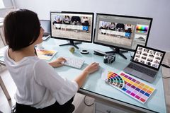De vrouwelijke Computer van Ontwerperworking on multiple royalty-vrije stock fotografie