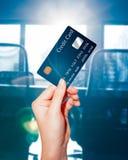 De vrouwelijke creditcard van de handholding royalty-vrije stock afbeeldingen