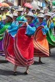 De vrouwelijke dansers in heldere kleur kleden zich in Ecuador Stock Foto's