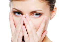 De vrouwelijke dekking van de schoonheid door handen haar schoon gezicht Royalty-vrije Stock Afbeelding