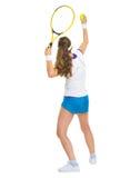 De vrouwelijke dienende bal van de tennisspeler. achtermening Royalty-vrije Stock Fotografie