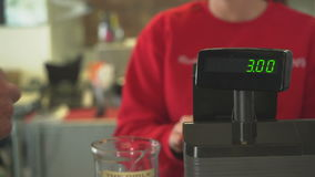 De vrouwelijke eigenaar behandelt transactie bij register stock video