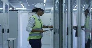 De vrouwelijke elektroadministratie van de arbeiderslezing stock videobeelden