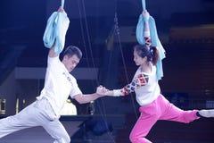 De vrouwelijke en mannelijke acrobaten repeteren Stock Foto