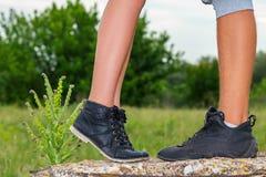 De vrouwelijke en mannelijke voeten zijn, het concept de verhouding stock fotografie