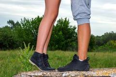 De vrouwelijke en mannelijke voeten zijn, het concept de verhouding stock foto's