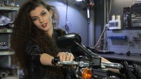 De vrouwelijke fietser schudt haar haar op de motorfiets stock footage