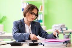 De vrouwelijke financiële manager die in het bureau werken royalty-vrije stock afbeeldingen