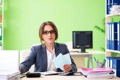 De vrouwelijke financiële manager die in het bureau werken stock afbeelding
