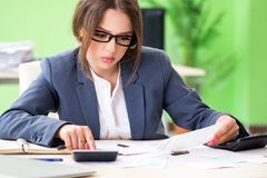De vrouwelijke financiële manager die in het bureau werken stock afbeeldingen