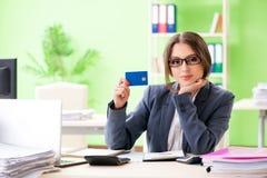 De vrouwelijke financiële manager die in het bureau werken stock foto
