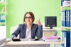 De vrouwelijke financiële manager die in het bureau werken royalty-vrije stock fotografie