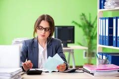 De vrouwelijke financiële manager die in het bureau werken royalty-vrije stock foto