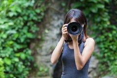 De vrouwelijke fotograaf neemt foto Royalty-vrije Stock Afbeeldingen