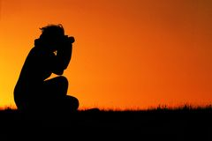De vrouwelijke fotograaf van het silhouet Stock Fotografie
