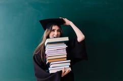 De vrouwelijke gediplomeerde student voor groene raad stock foto's