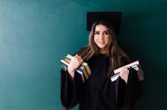 De vrouwelijke gediplomeerde student voor groene raad royalty-vrije stock afbeelding