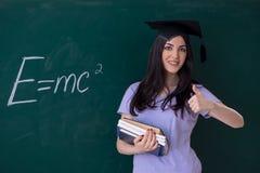 De vrouwelijke gediplomeerde student voor groene raad stock afbeelding