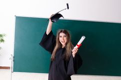 De vrouwelijke gediplomeerde student voor groene raad royalty-vrije stock fotografie