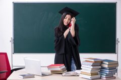De vrouwelijke gediplomeerde student voor groene raad stock afbeeldingen