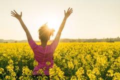 De vrouwelijke Gele Bloemen van Runner Celebrating In van de Vrouwenatleet Royalty-vrije Stock Foto's