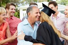 De vrouwelijke Graduatie van Studentenand family celebrating royalty-vrije stock afbeelding