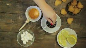 De vrouwelijke hand beweegt lepel gebrouwen verse thee stock video