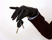 De vrouwelijke hand die een auto houdt sluit Stock Fotografie