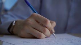 De vrouwelijke hand met klok schrijft snel blauwe pen op document tekst stock footage