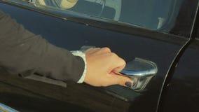 De vrouwelijke hand opent een deur van een retro auto stock video