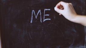 De vrouwelijke hand schrijft OOK met krijt op bord - #ME stock footage