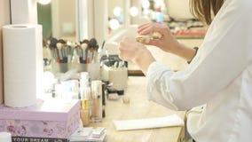 De vrouwelijke hand van de make-upkunstenaar met schoonheidsmiddelen op het werk stock videobeelden