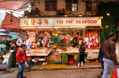 De vrouwelijke handelaren van vissenmarkt spreiden zeevruchten voor verkoop op een straatdienblad uit Royalty-vrije Stock Foto