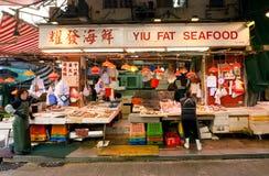 De vrouwelijke handelaren van vissenmarkt spreiden zeevruchten voor verkoop op een straatdienblad uit Royalty-vrije Stock Afbeelding