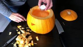 De vrouwelijke handen bereiden een Halloween-pompoen voor stock video