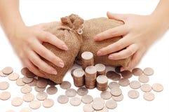 De vrouwelijke handen beschermt zakken met geld royalty-vrije stock foto