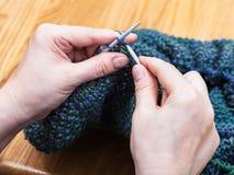 De vrouwelijke handen breien trui van wol dichte omhooggaand stock fotografie